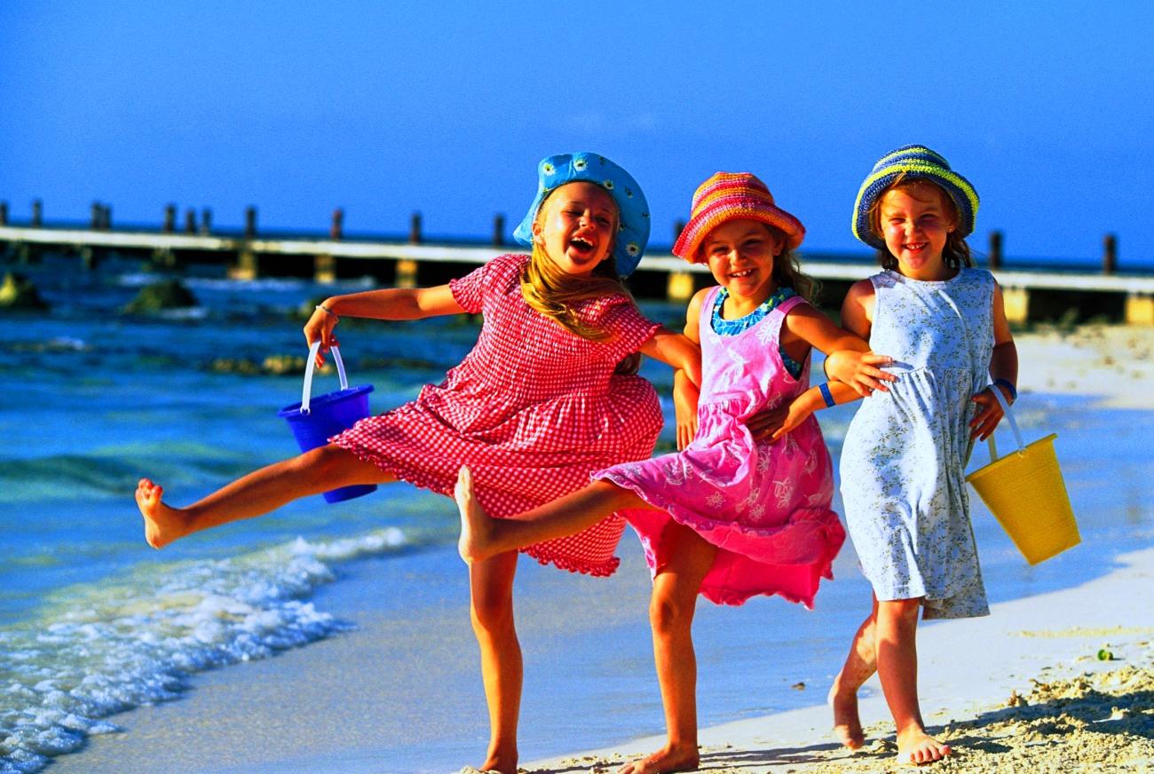 Три ребенка на пляже