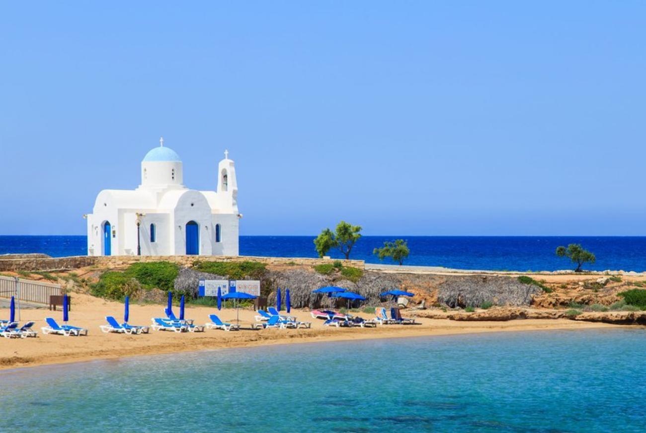 Часовня на пляже Кипр