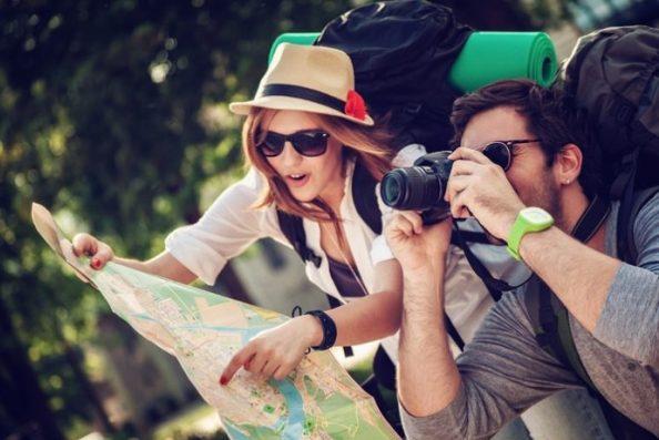 Пара с картой и фотоаппаратом