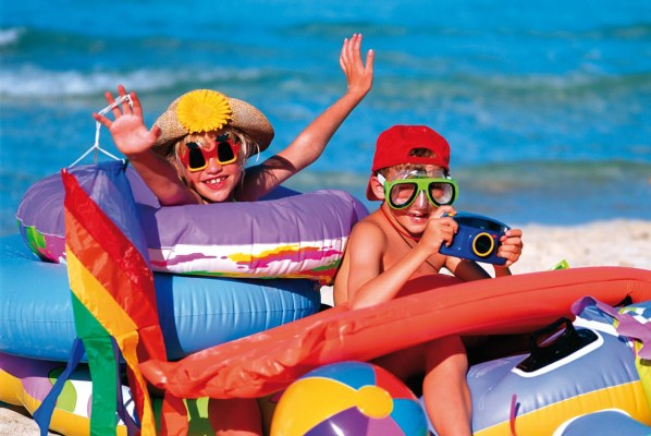 Веселые дети на море
